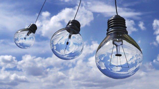 žárovky pod nebem
