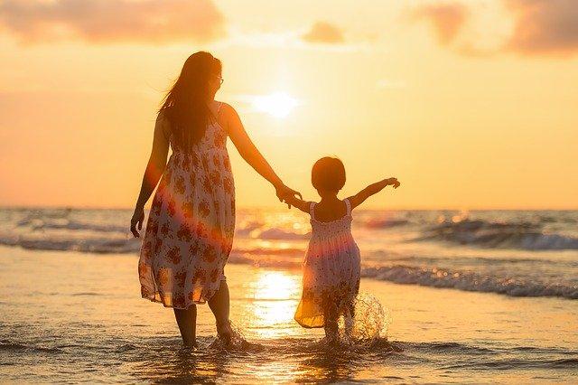 mamka s dcerkou na pláži