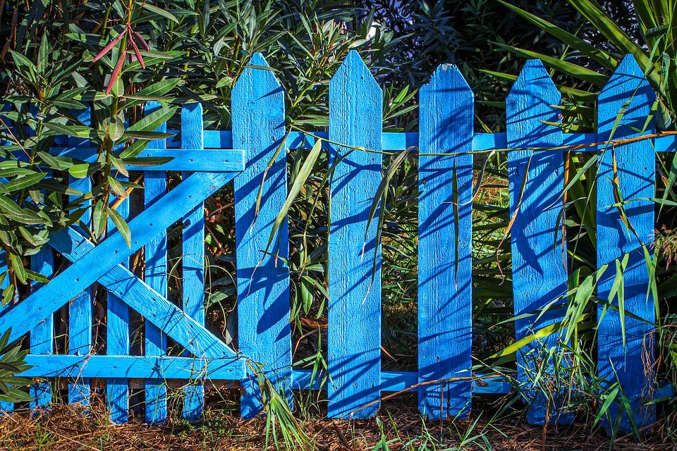 modrý plot ze dřeva
